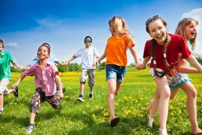 Kids-playing-outside-0001